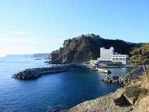 北山崎の南の玄関口「羅賀港」の静かな入江に佇んでいます。