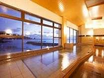 おすすめは朝風呂!東向きのため太陽光で水面がキラキラと輝く。電気風呂とドライサウナもあり!
