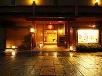 ■外観■花筏全景(夕刻)。渡月橋のたもある嵯峨野めぐりの拠点に便利な旅館。