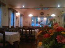 暖かな雰囲気の食堂