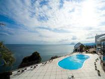 【プールサイド】館内の至る所から別府湾の広大な海景色を一望できる。
