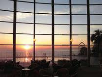 ラウンジから見る美しい朝日/一例