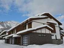 *[外観・冬]屋内車庫や室内スキー用具・ボード置き場完備!寒い冬も快適なリゾート滞在を。