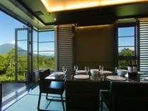 *[1階ダイニングルーム]畳敷きのお部屋にテーブルセット。雄大なニセコの風景を望む特等席でお食事を。