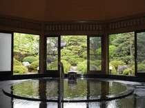 【八角堂】檜造りの大浴場。こんこんとわき出る湯口から、