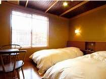【本館A】和室10畳+ベッドルーム(床暖房完備)。