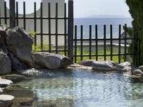 最上階の空中露天風呂は源泉かけ流し。昼間は青い海や函館の街並みを眺めながら、湯浴みを楽しめます。