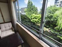 庭園側和室。窓からの風景