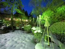 ライトアップで雪景色をキラキラと照らします。