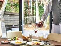 【朝食】オーダーブッフェ/窓の向こうに広がる緑や陽光を感じながらお召し上がりください※イメージ