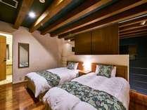 【ヴィレッジ・フォースルーム】メゾネットタイプではそれぞれベッド&バスルームがございます(客室一例)