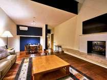 【ヴィレッジ・フォースルーム】リビングにキッチンや暖炉も備え、別荘感覚でお過ごし頂けます(客室一例)