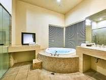 【ヴィレッジ・ツインルーム】お部屋で気兼ねなく富士山の天然水の湯に浸かる贅沢なバスタイム(客室一例)
