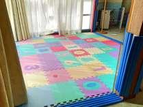 【スポルシオン ベビールーム】陽の当たる遊び場スペースにはカラフルなマットが♪※客室一例