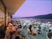 宮島を望みながら屋外で食すバーベキュー料理。夏の一押しレストラン。