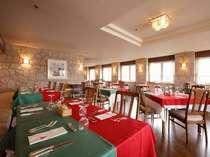 明るいイタリアンレストラン「サンセット」からは宮島の景色を望めます