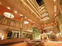 ホテルエントランスを入ると最上階まで吹抜け。