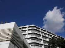 【外観】真っ青な空に安芸グランドホテルの外観が良く映え、対岸に宮島を望む最高のロケーションです。
