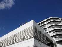 【外観】世界遺産宮島を対岸に望む白い壁が青い空に映えます♪瀬戸内海の美しい眺望をぜひご堪能下さい。