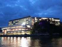 ホテル全景の夜です。海側のお部屋は世界遺産宮島を望む絶景です。各お部屋にはテラスも付いてます。