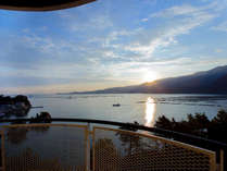 【朝日】海側の客室からは世界遺産宮島から昇る朝日をご堪能いただけます。