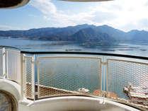 【眺望】海側の部屋からの眺望です。バルコニーからは美しい瀬戸内海を望む絶景が自慢です。