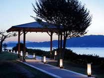 貸切露天風呂へと続く遊歩道からは宮島の雄大な景色が望めます