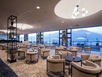 ラウンジ「シーガル」デッキ、テラスとを一体感を持たせた開放的な空間。