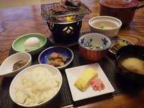 温泉で炊いたご飯や鮎の一夜干しなどの和朝食です