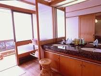 東館客室の広々とた化粧室、奥には檜の内風呂も