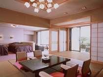 露天風呂付客室・黒船スイート。120平米の広さは贅沢な空間
