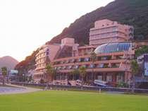 ~夕暮れのホテル外観。手前には海遊公園の芝生が一面に♪~