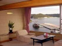 西館客室から望む下田港と遊覧船「サスケハナ号」