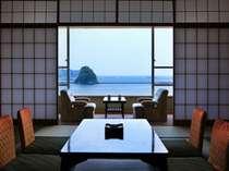 大きな窓から下田港を望む西館客室