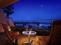 """■Jrスイートルーム:デッキ■ 頭上には白く輝く""""月灯り""""心地よい潮風にふかれながら特別な夜を♪"""