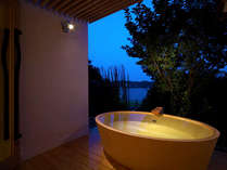 ■貸切露天風呂:洞-uro-■ 夜は月明りのようにほんのりとライトアップ♪