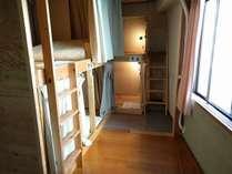 ドミトリーは2~3階で、二段ベッドのお部屋。各ベッドはカーテン・ランプ・電源つき。全室エアコンあり。