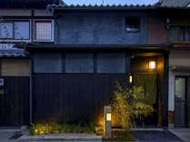 京都の街並みに溶け込む「宵の竹」の外観。古い町家をリノベーションした一棟貸切の宿泊施設です。