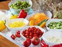 新鮮野菜が並ぶサラダバー、フレッシュフルーツやヨーグルトなど種類豊富なブッフェボード