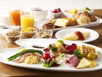 ご朝食はブッフェスタイル♪卵料理や種類豊富なパン、フルーツ、サラダのほか、ご飯やお味噌汁、和惣菜も