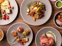 新鮮な地元野菜、目の前で切り分けられる肉料理、パティシエ特製スイーツなど、多彩なオールデイビュッフェ