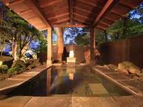 原生林の露天風呂は海の眺望を楽しみながらご入浴いただける人気の温泉。リスが訪れる事も・・・。