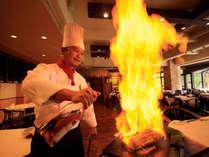 メインディッシュはフランベで肉の旨みをギュっと閉じ込めます。  ドラの音が鳴ったらシャッターチャンス!