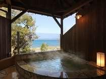 潮騒を聞きながら館山湾を一望できる露天風呂。家族でゆっくりできるサイズ。