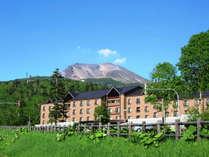 【外観】夏.青空の下の旭岳とベアモンテ