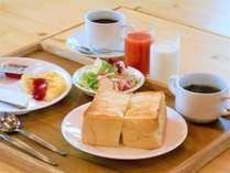 朝食は無料。地元人気店のパン、地元あべ養鶏場の新鮮卵、地元トマト100%ジュースでお出迎え。
