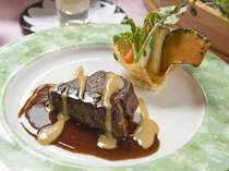 お肉料理の和牛フィレ肉のグリルソースヴァンルージュ。