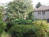 外から見た秋の石の家の外観