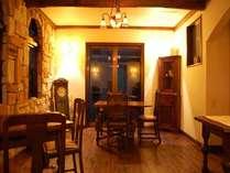 夜の静かな本館レストラン。ワンちゃんもご一緒に入れます。