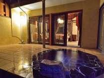 アンティーク5号特別室(洋室)の露天風呂 別アングル。